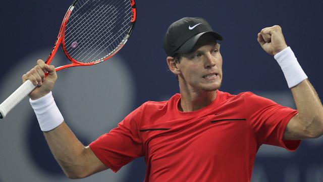 Berdych wins to close in on London spot