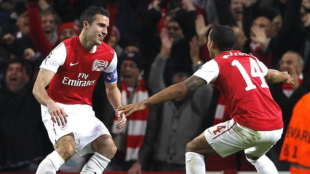 Van Persie brace sees Arsenal top group