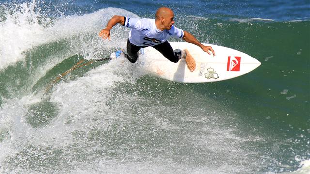 Slater sails through - Surfing