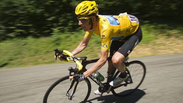 Wiggins hit by flares - Cycling - Tour de France