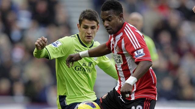 Sunderland's Beninese midfielder Stephane Sessegnon (R) vies with Aston Villa's English midfielder Ashley Westwood (L)