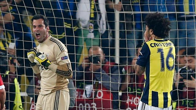 Benfica's goalkeeper Artur (L) and Fenerbahce's Cristian react after Cristian failed to score a penalty shot during their Europa League semi-final first leg soccer match at Sukru Saracoglu stadium in Istanbul April 25, 2013 (Reuters)