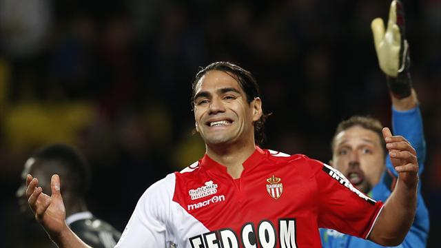 AS Monaco's Radamel Falcao (L) reacts after missing a goal against Valenciennes' goalkeeper Nicolas Penneteau (R) during their French Ligue 1 match at Louis II stadium December 20, 2013 (Reuters)