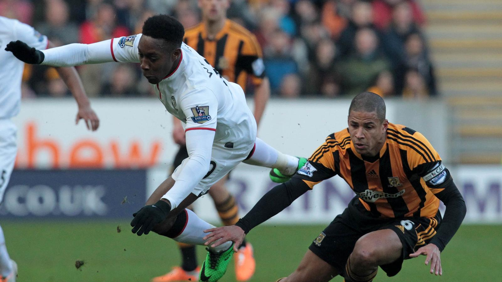 Hull City's English defender Curtis Davies (R) vies with Manchester United's English striker Danny Welbeck (AFP)