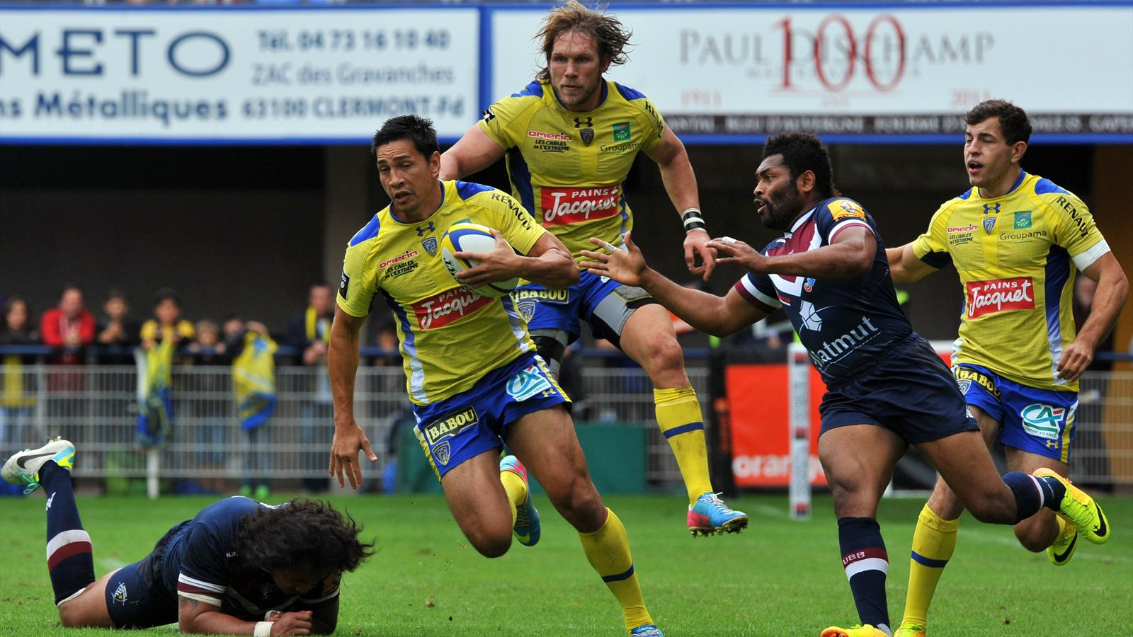 Clermont's New Zealander centre Regan King (front-C) rides the ball with the help of South African flanker Gerhard Vosloo (back-C) during the French Top 14 Rugby Union match between ASM Clermont Auvergne and Union Bordeaux-Begles at the Marcel Michelin St
