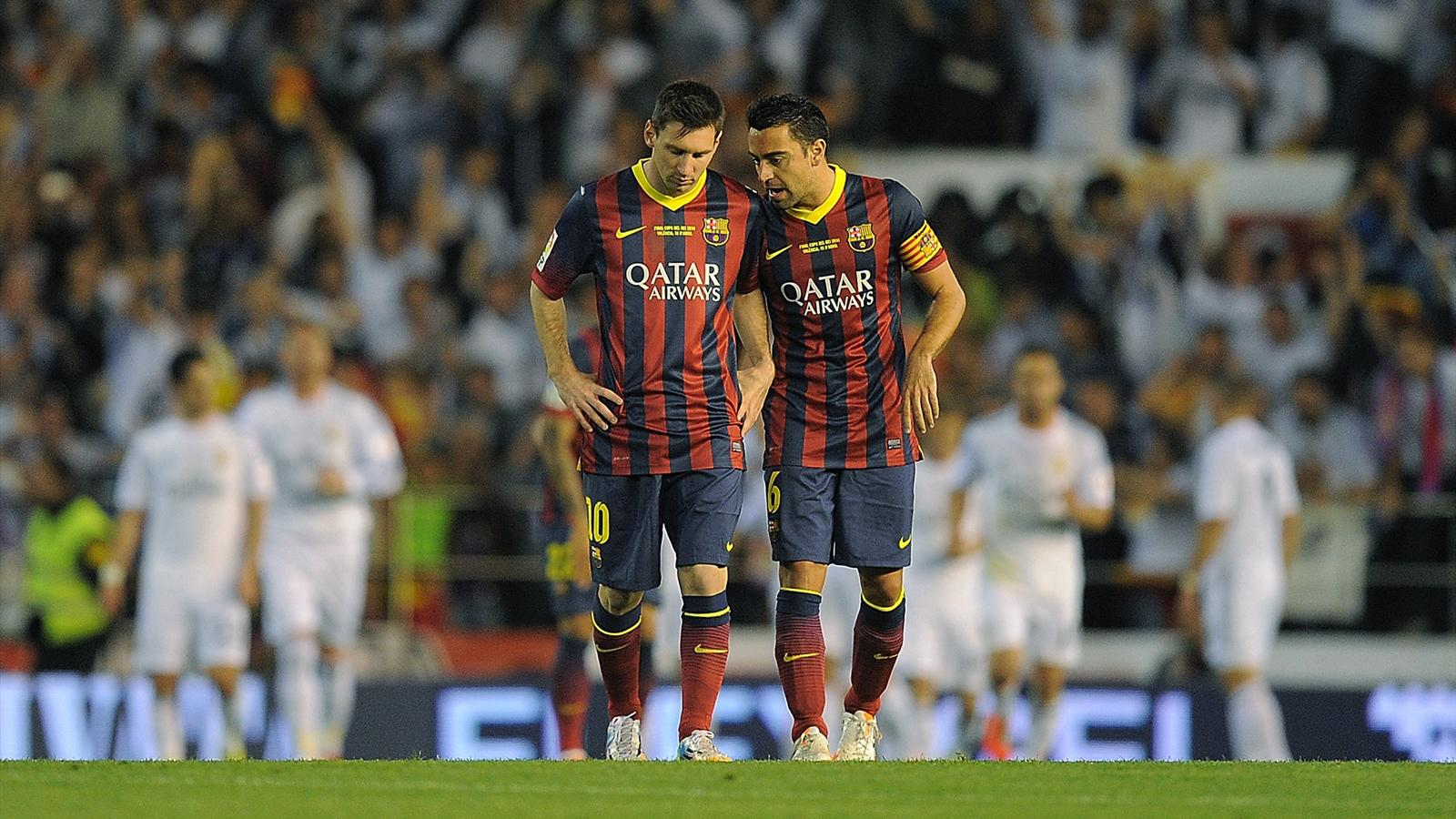 Bildtext:VALENCIA, SPAIN - APRIL 16: Lionel Messi (L) and Xavi Hernandez of Barcelona react after Real Madrid scored their opening goal during the Copa del Rey Final between Real Madrid and Barcelona at Estadio Mestalla on April 16, 2014 in Valencia, Spai