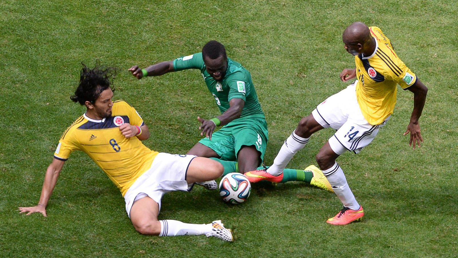 Ivory Coast's midfielder Ismael Cheick Tiote challenges Colombia's midfielder Abel Aguilar (L) and forward Victor Ibarbo