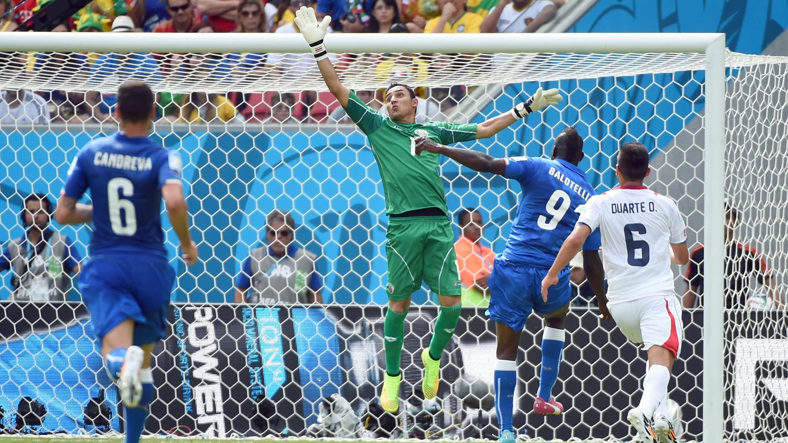 Balotelli miss - Italia vs Costa Rica - World Cup 2014 (AFP)