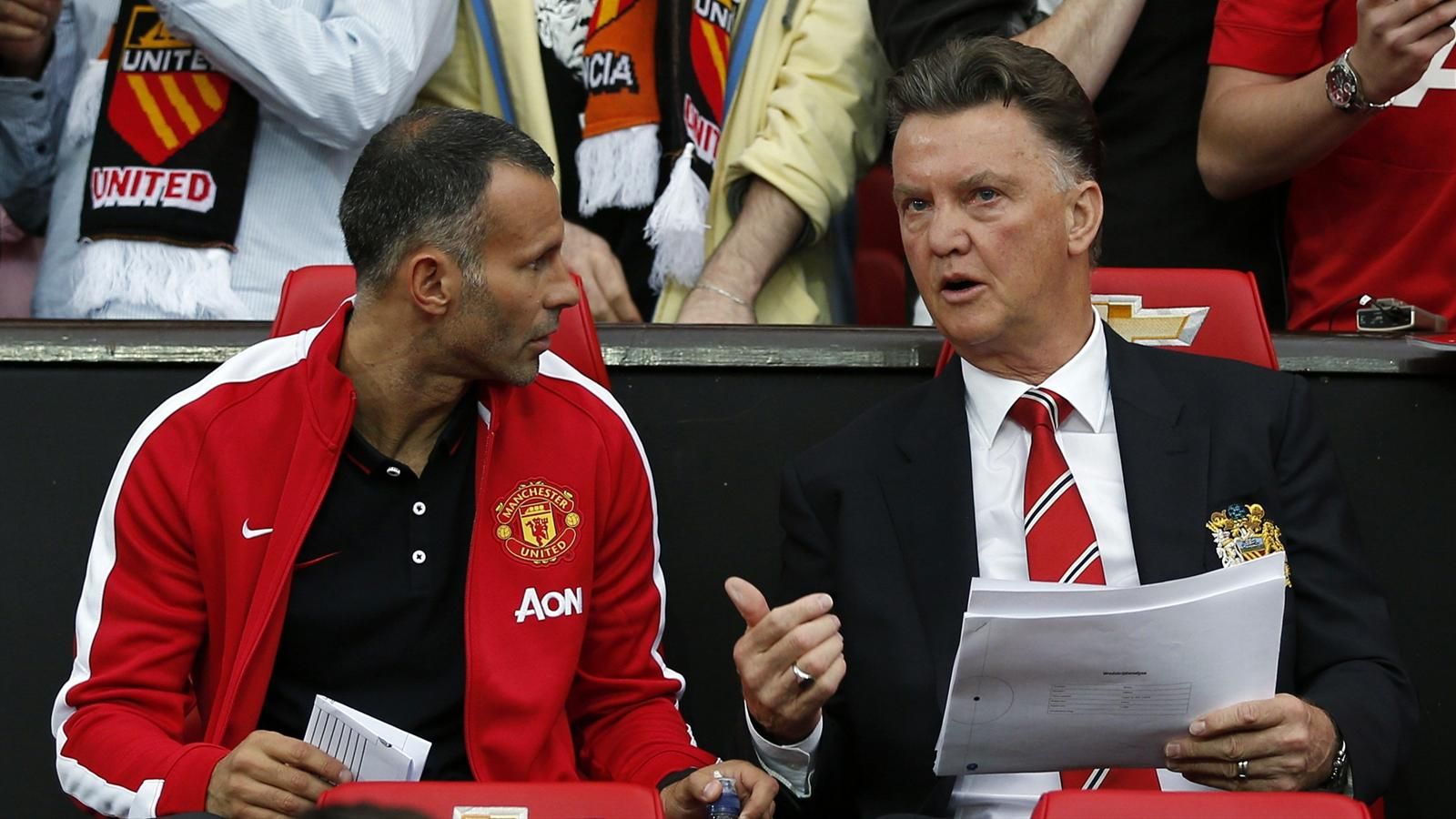 Manchester United's manager Louis Van Gaal (R) speaks with assistant manager Ryan Giggs (Reuters)