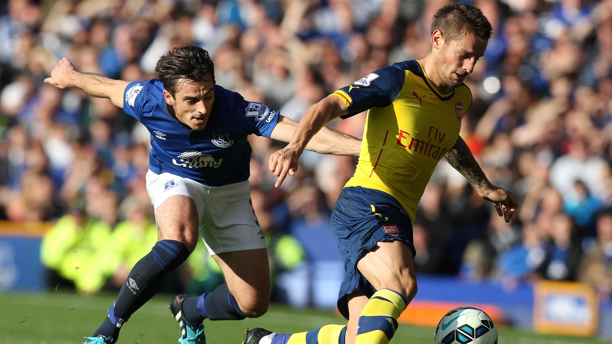 Mathieu Debuchy (Arsenal) face à Leighton Baines (Everton)