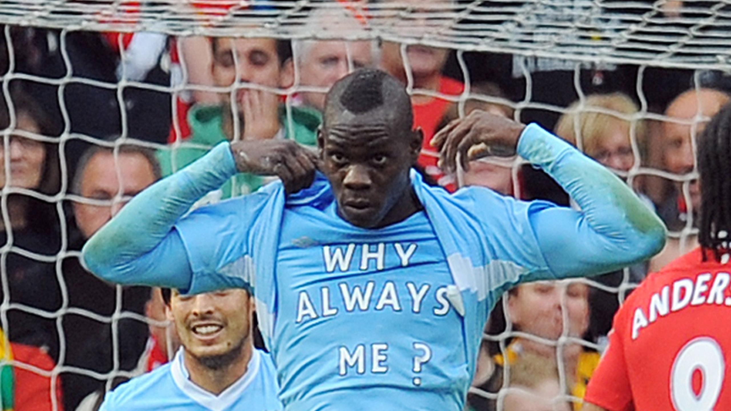 "Balotelli avec Manchester City et son tee-shirt ""Why always me?"""