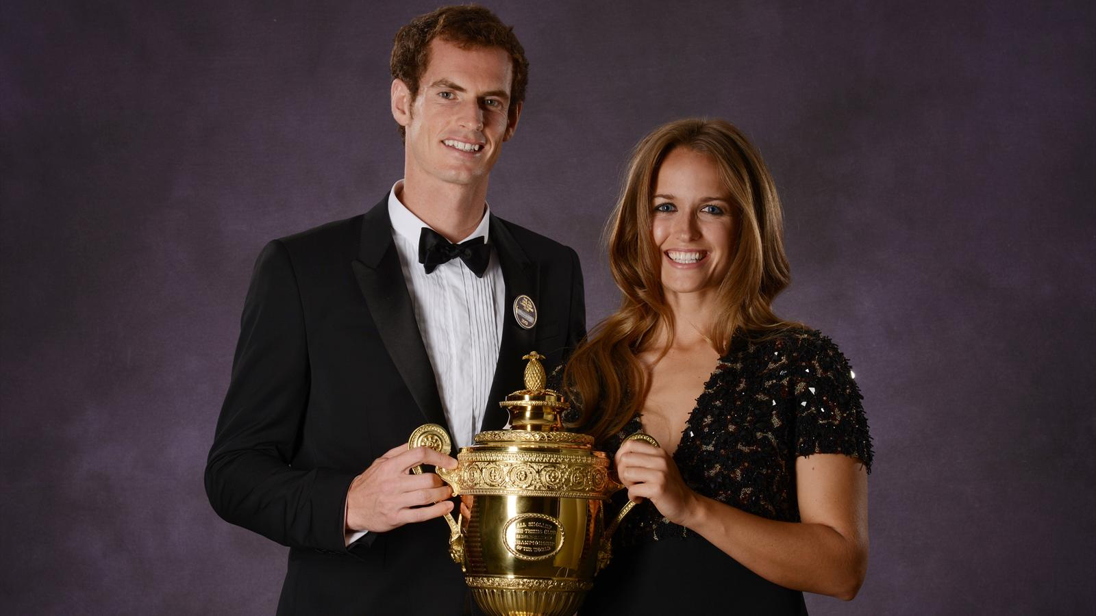 Andy Murray and Kim Sears posing with the Wimbledon trophy