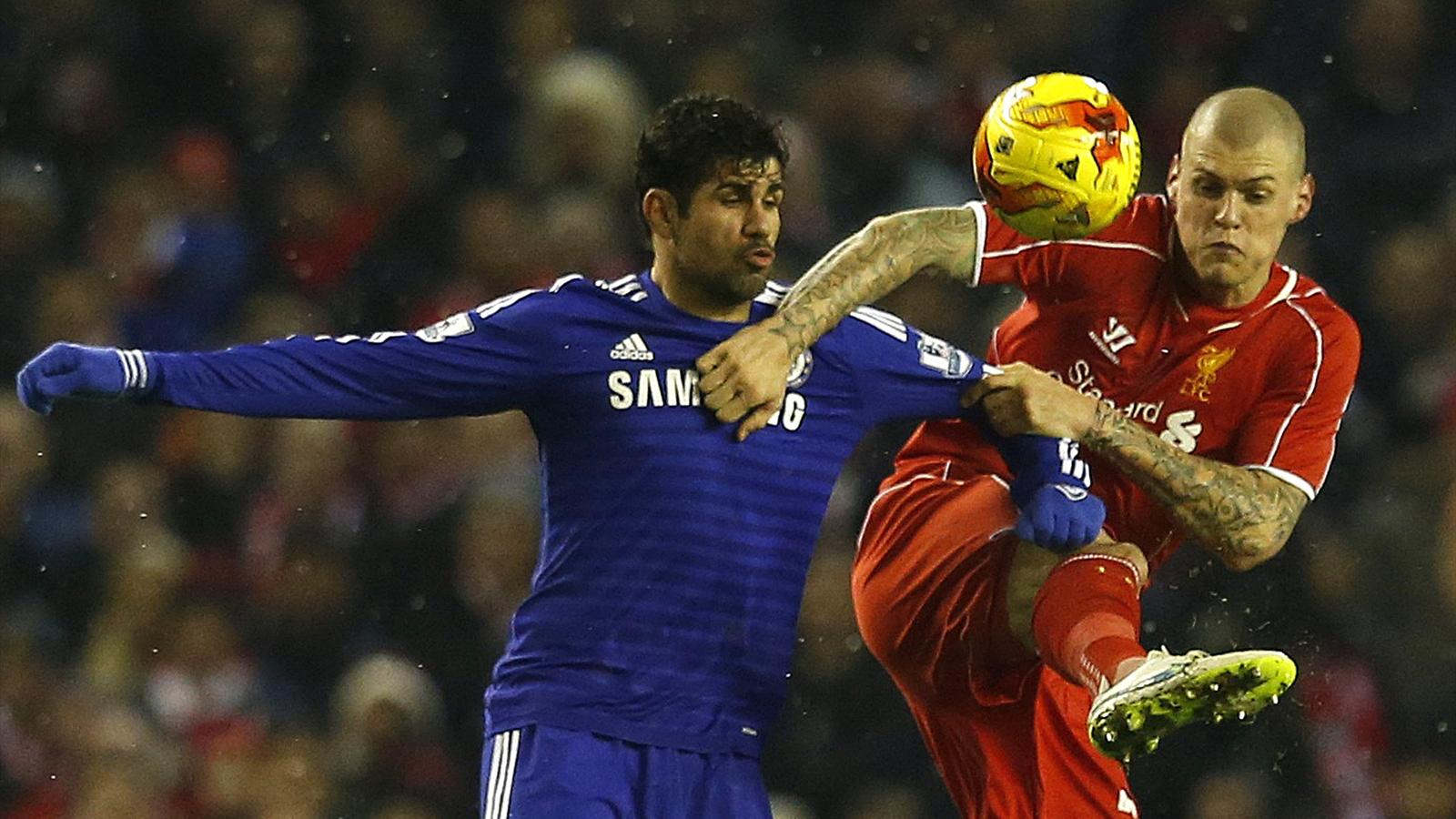 Liverpool's Martin Skrtel challenges Chelsea's Diego Costa (L) during their English League Cup semi-final first leg soccer match at Anfield in Liverpool, northern England January 20, 2015 (Reuters)