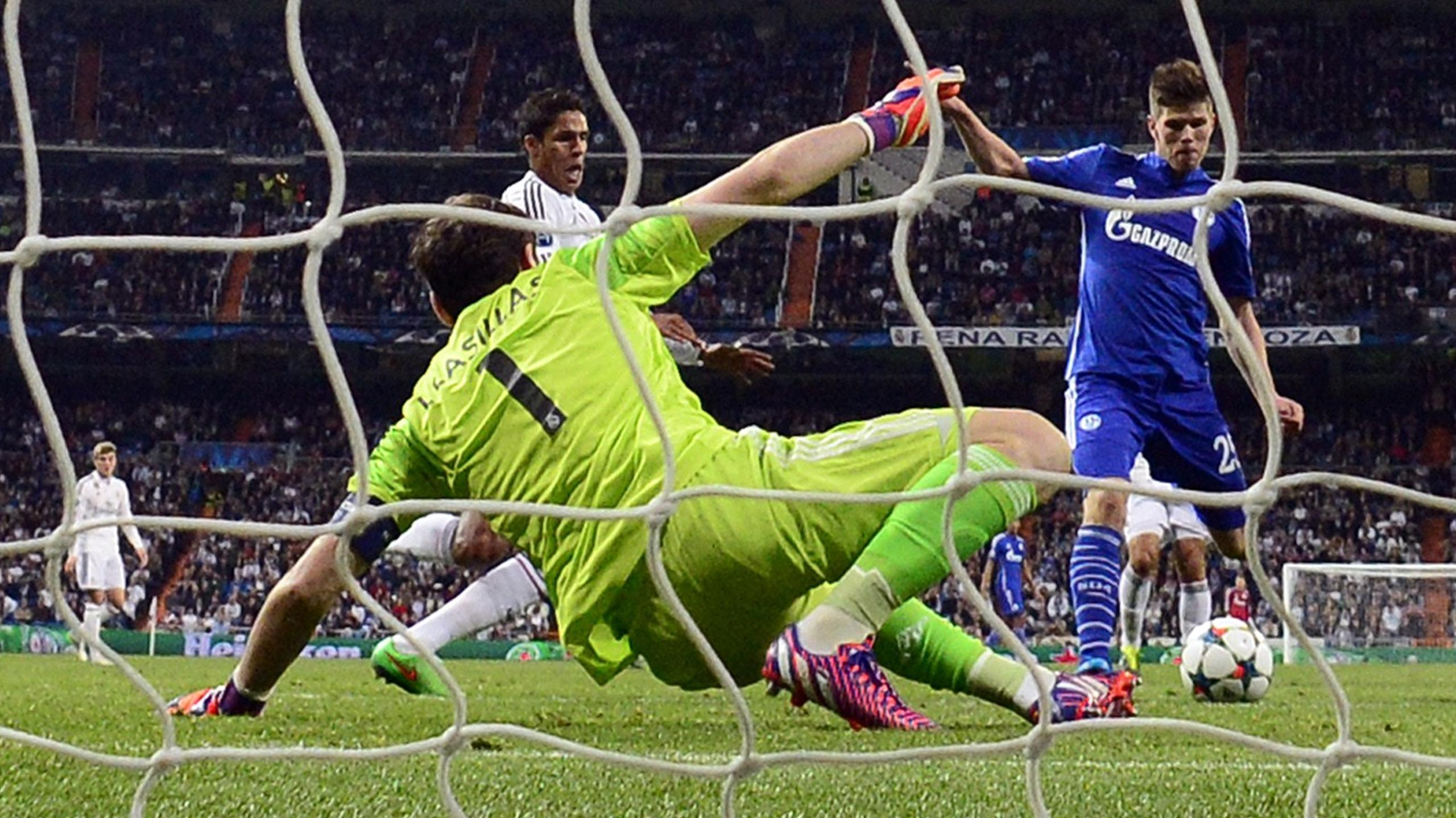 Iker Casillas (Real Madrid) gegen Klaas-Jan Huntelaar (FC Schalke 04)