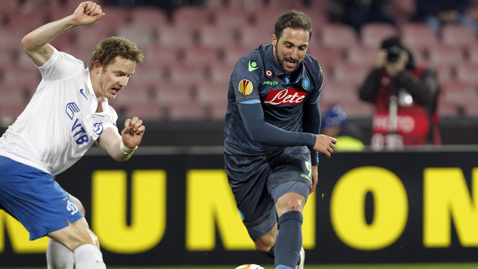 Napoli's Gonzalo Higuain (R) challenges Tomas Hubocan (L) of Dynamo Moscow during their Europa League round of 16 first leg soccer match at the San Paolo stadium in Naples March 12, 2015. Napoli won 3-1 (Reuters)