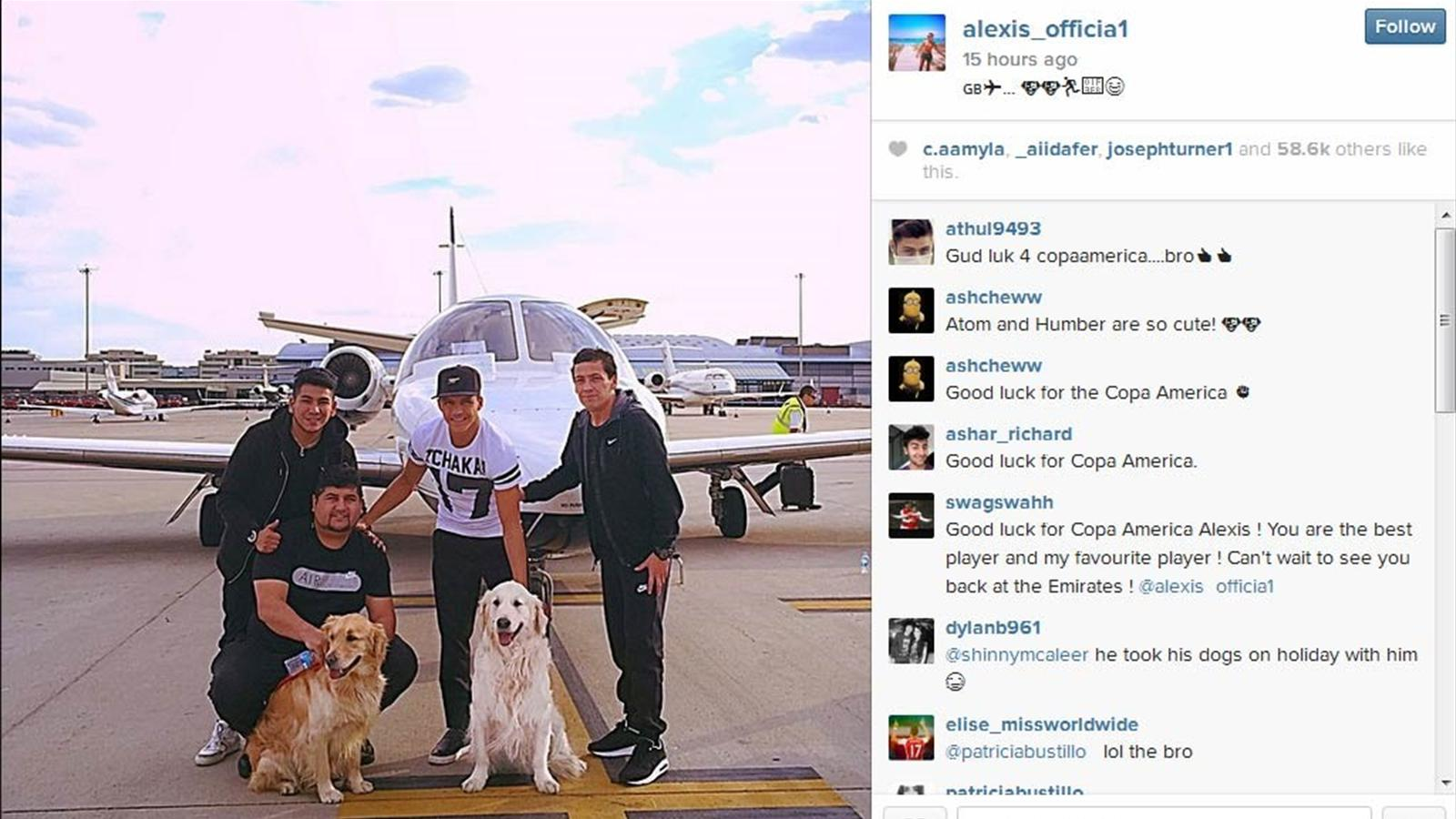 Alexis Sanchez poses with his dogs and friends by his private jet (Instagram)