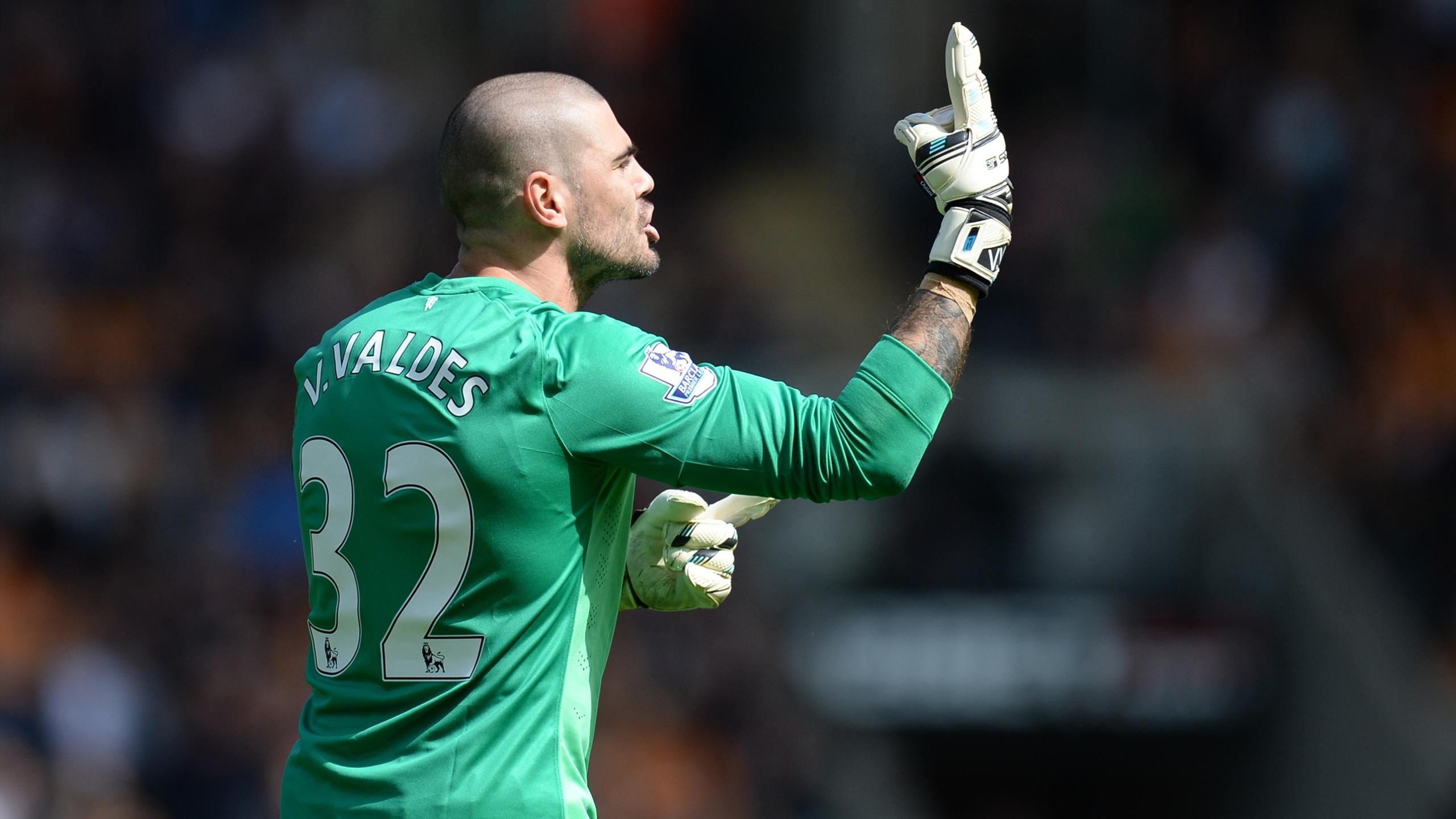 Victor Valdes gesutres at the United bench