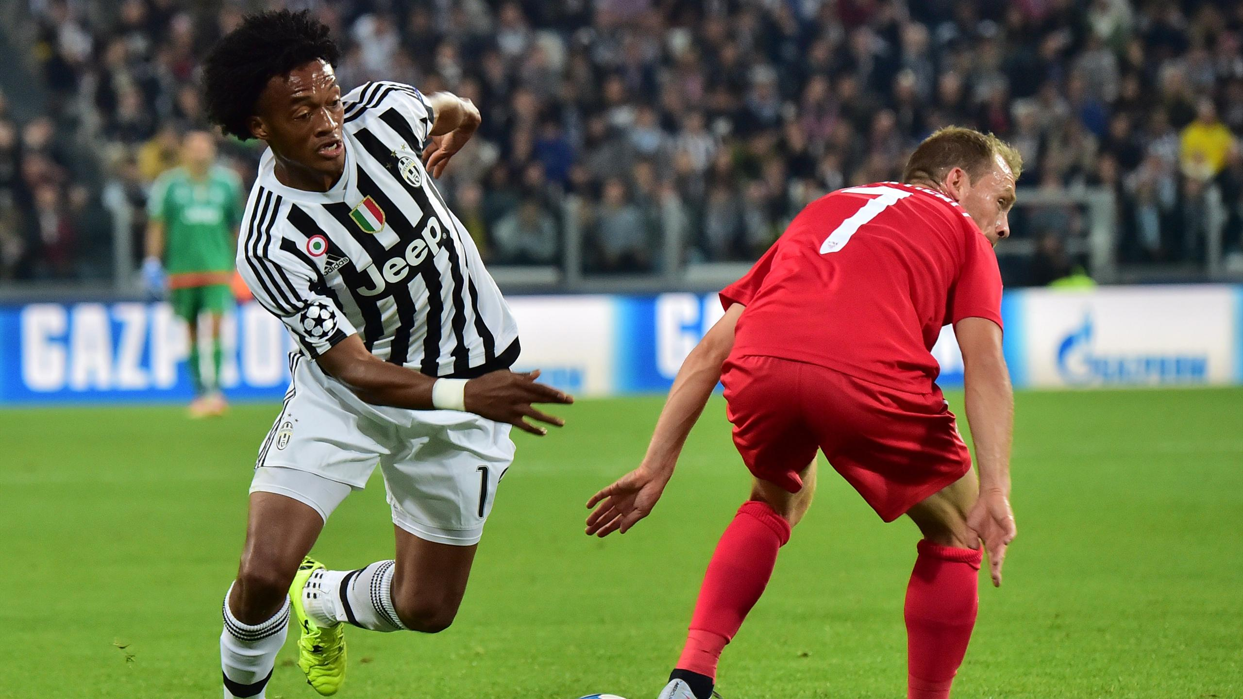 Sevilla's Danish midfielder Michael Krohn-Dehli (R) vies with Juventus' forward from Colombia Juan Cuadrado during the UEFA Champions League football match Juventus vs FC Sevilla on September 30 at the Juventus stadium in Turin