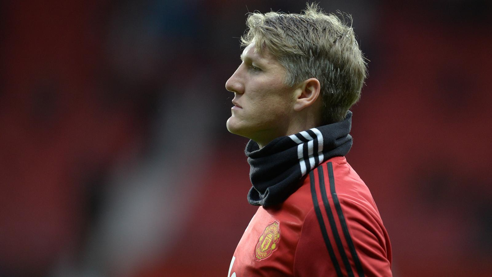 Manchester United's German midfielder Bastian Schweinsteiger warms up