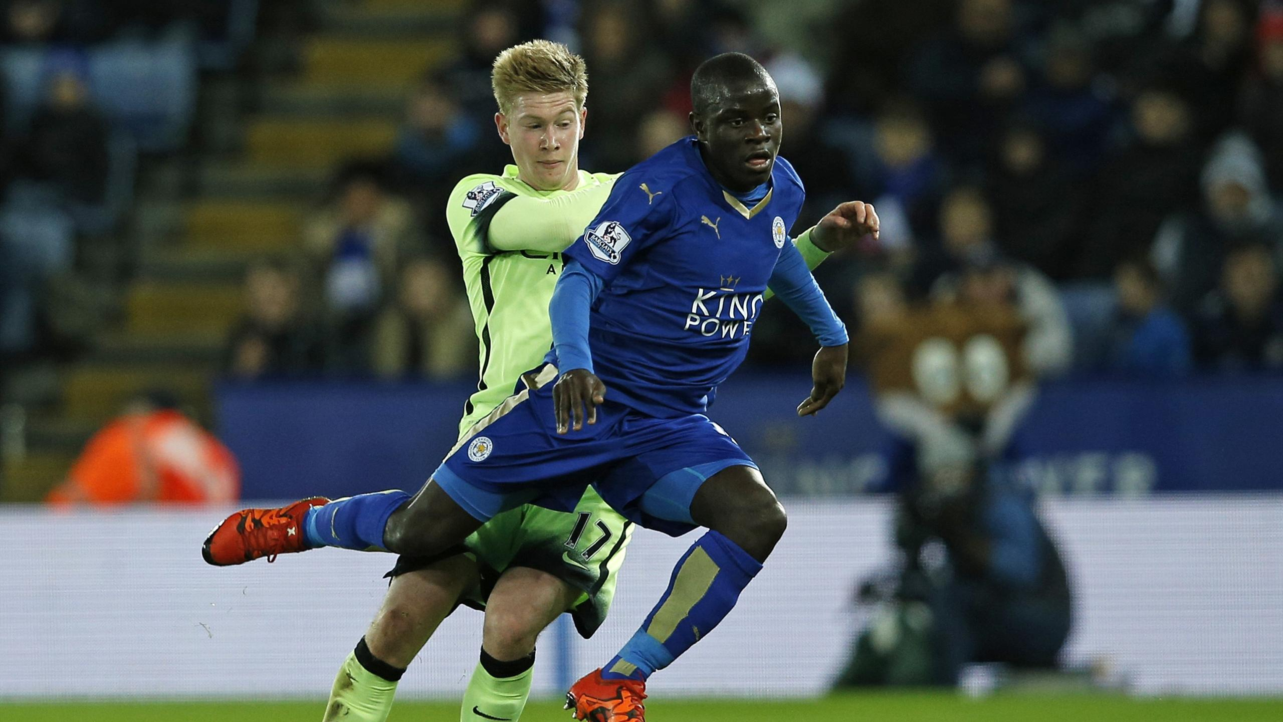 Kevin De Bruyne (Manchester City) tries to get the ball off N'Golo Kanté (Leicester City)