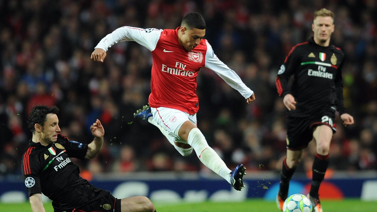 Arsenal's English striker Alex Oxlade-Chamberlain (R) vies with AC Milan's Dutch midfielder Mark Van Bommel (L)