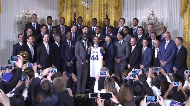Comme la tradition l'exige, Obama a re�u les Warriors � la Maison Blanche