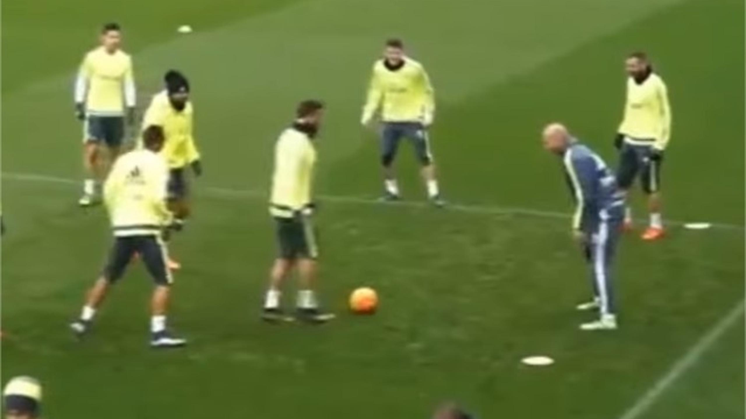 Cristiano Ronaldo finds out why no one should attempt to nutmeg Zinedine Zidane (Youtube)