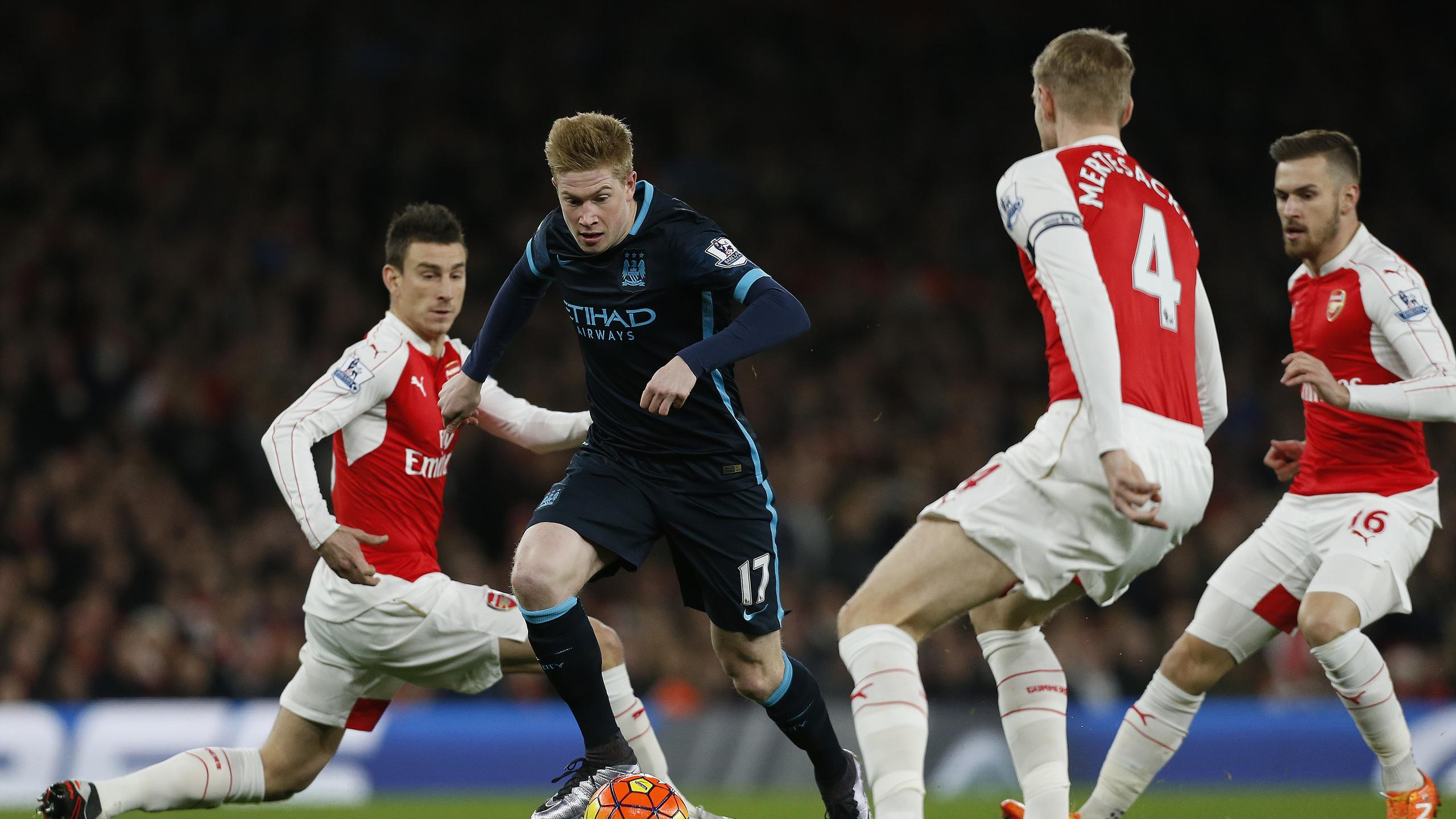 Manchester City's Belgian midfielder Kevin De Bruyne (2L) runs past Arsenal's French defender Laurent Koscielny (L), Arsenal's German defender Per Mertesacker (2R)