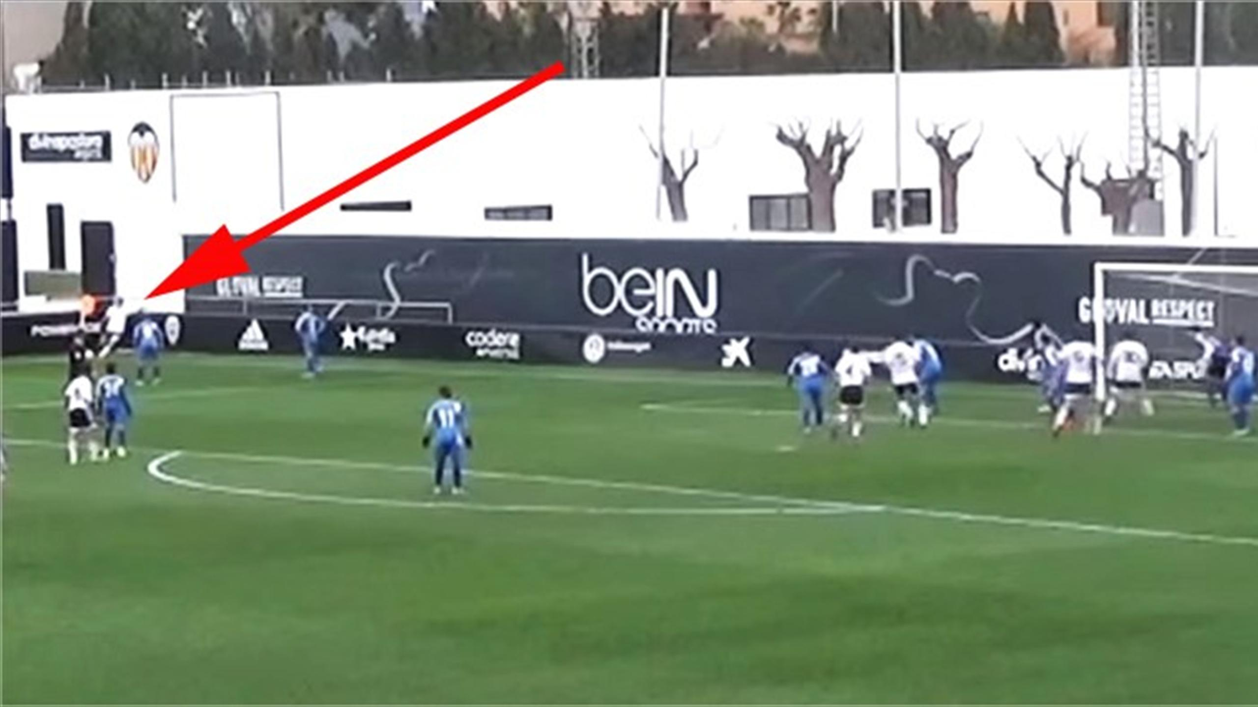 Phil Neville's son Harvey score from corner kick for Valencia youth team (Youtube)