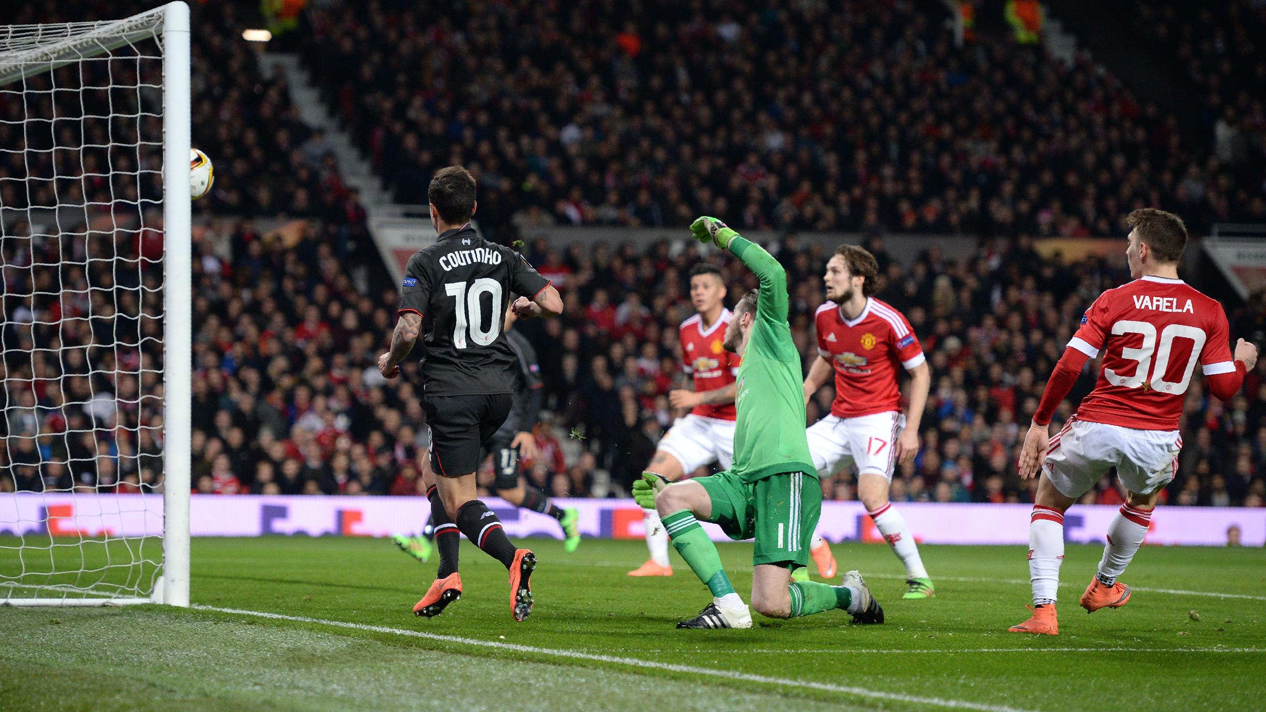 Liverpool's Brazilian midfielder Philippe Coutinho (L) shoots past Manchester United's Spanish goalkeeper David de Gea