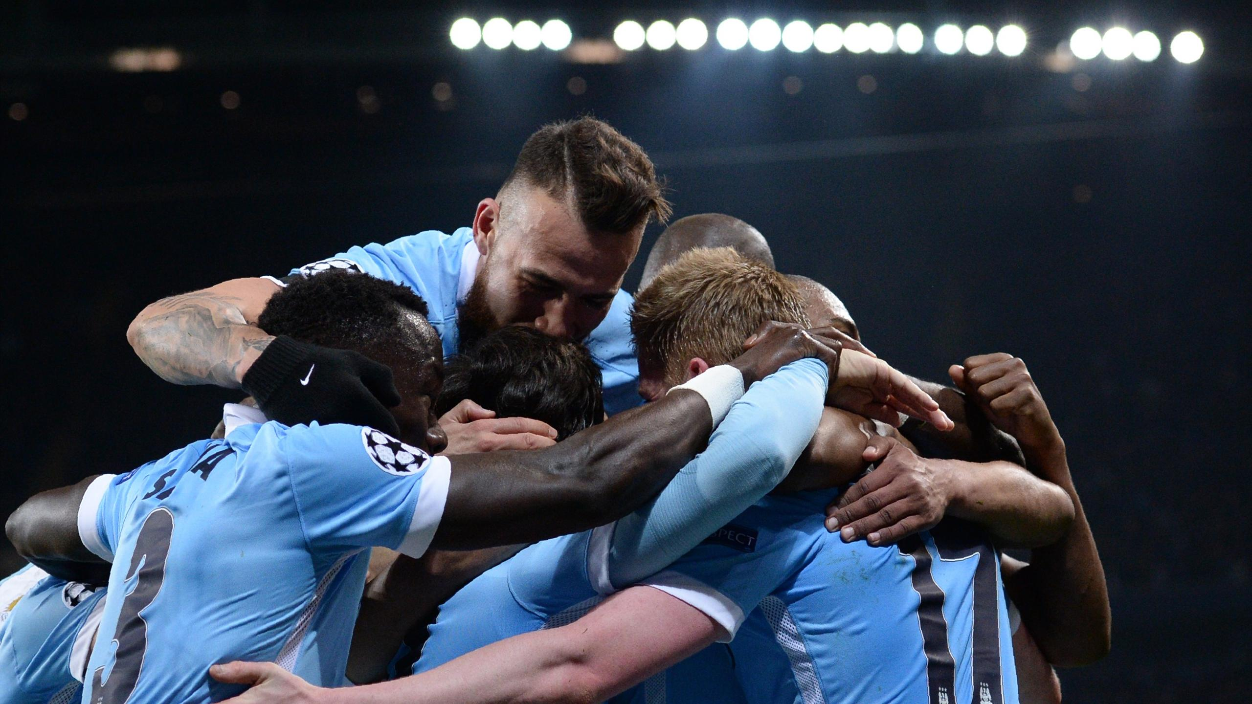 Manchester City's Belgian midfielder Kevin De Bruyne (R) celebrates with teammates