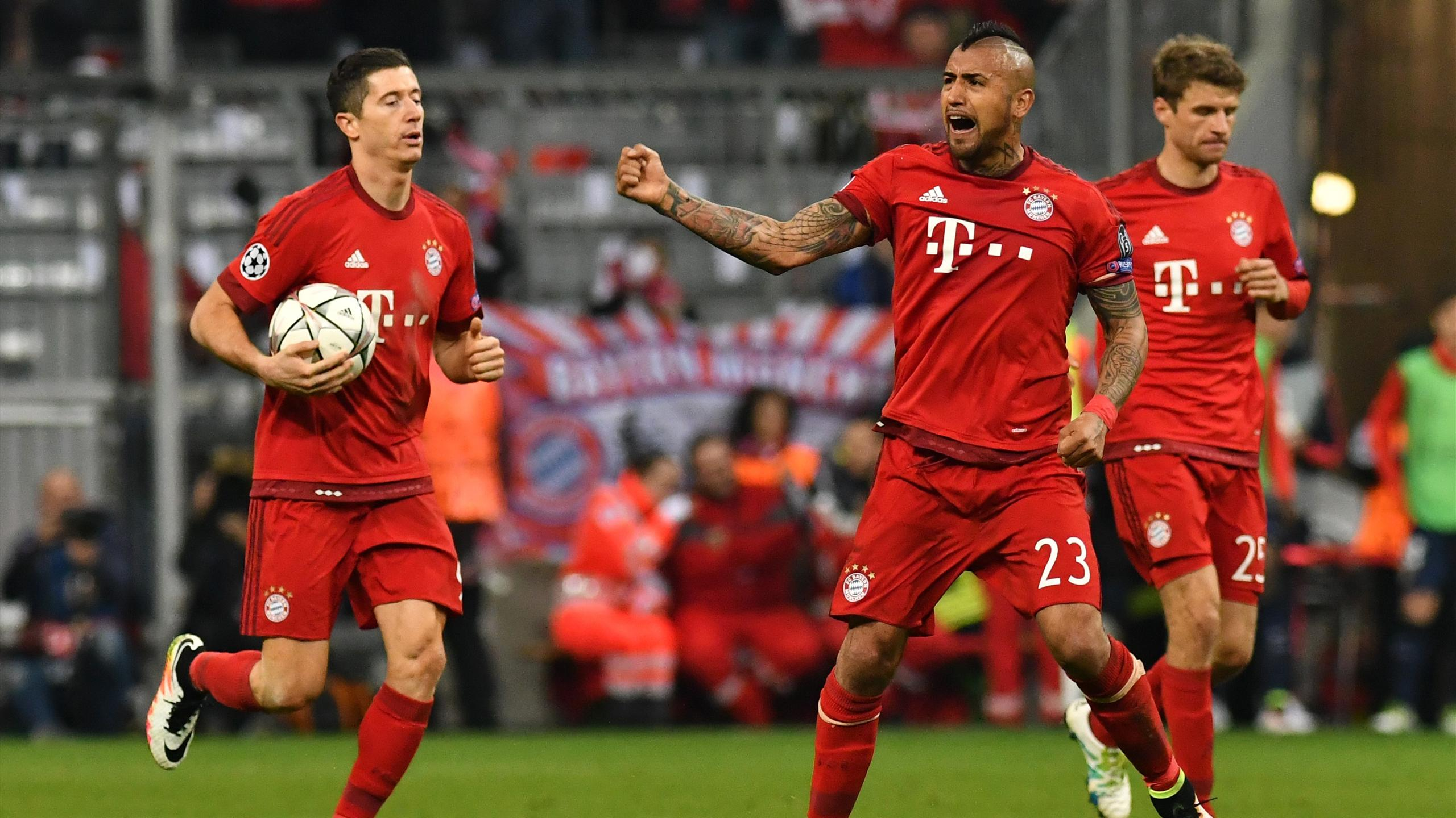 Bayern Munich's Polish striker Robert Lewandowski celebrates scoring with his team-mates Chilean midfielder Arturo Vidal (C) and Bayern Munich's midfielder Thomas Mueller