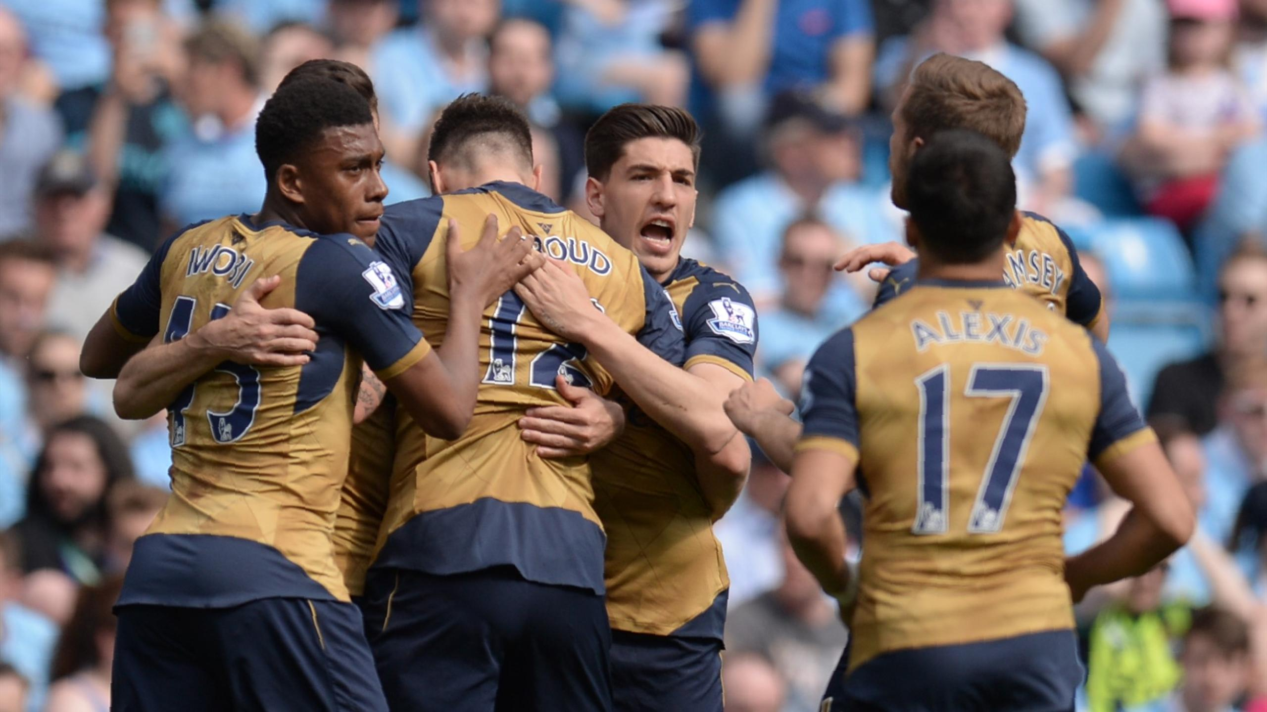 Arsenal's French striker Olivier Giroud (2L) celebrates with teammates