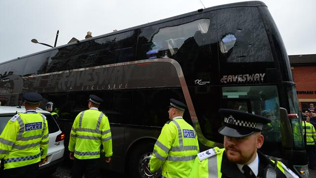 Le bus de Man United caillassé par les supporters de West Ham