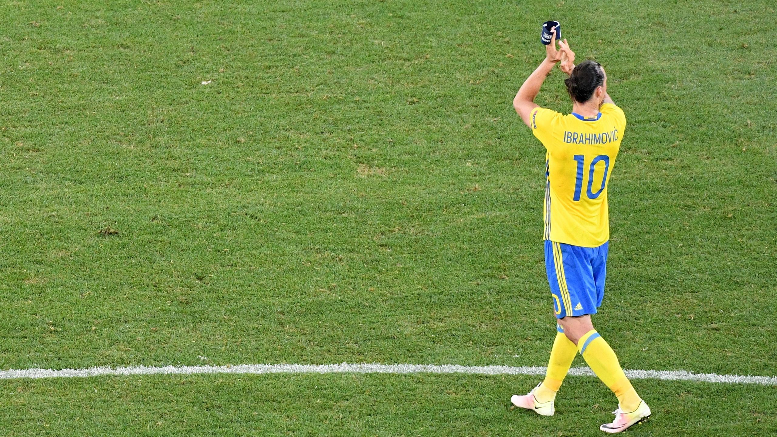 Sweden's forward Zlatan Ibrahimovic acknowledges the crowd after Sweden lost 0-1 in the Euro 2016 group E football match between Sweden and Belgium