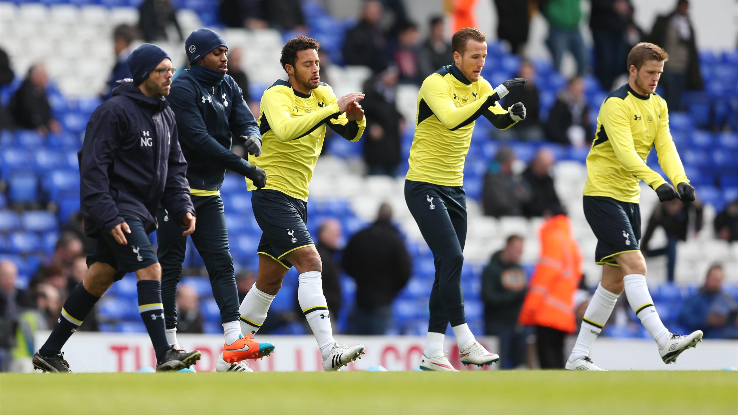 Tottenham's Eric Dier (R), Harry Kane, Mousa Dembele (C) and Danny Rose (2nd L) warm up