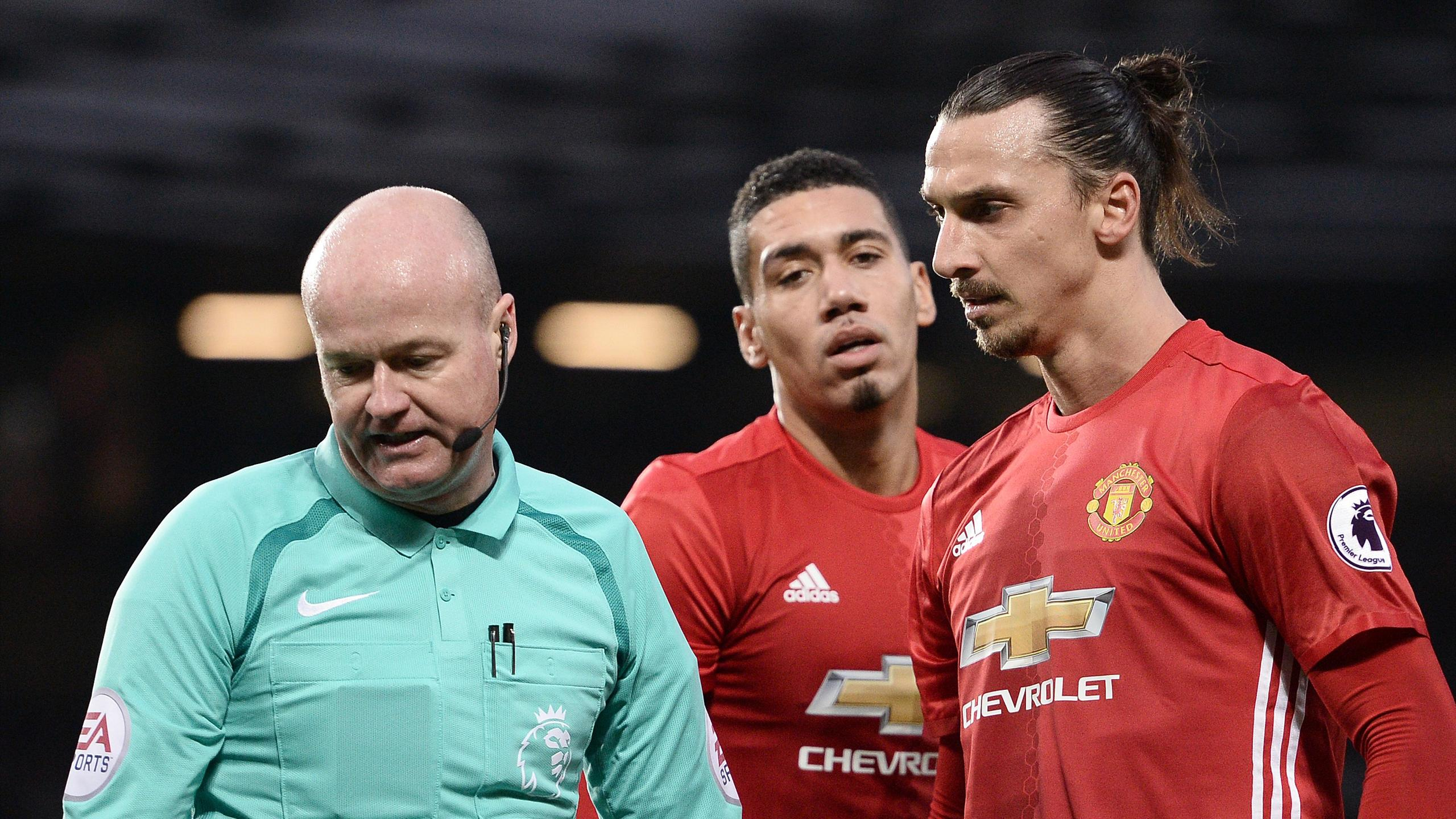 Manchester United's Swedish striker Zlatan Ibrahimovic (R) remonstrates with English referee Lee Mason
