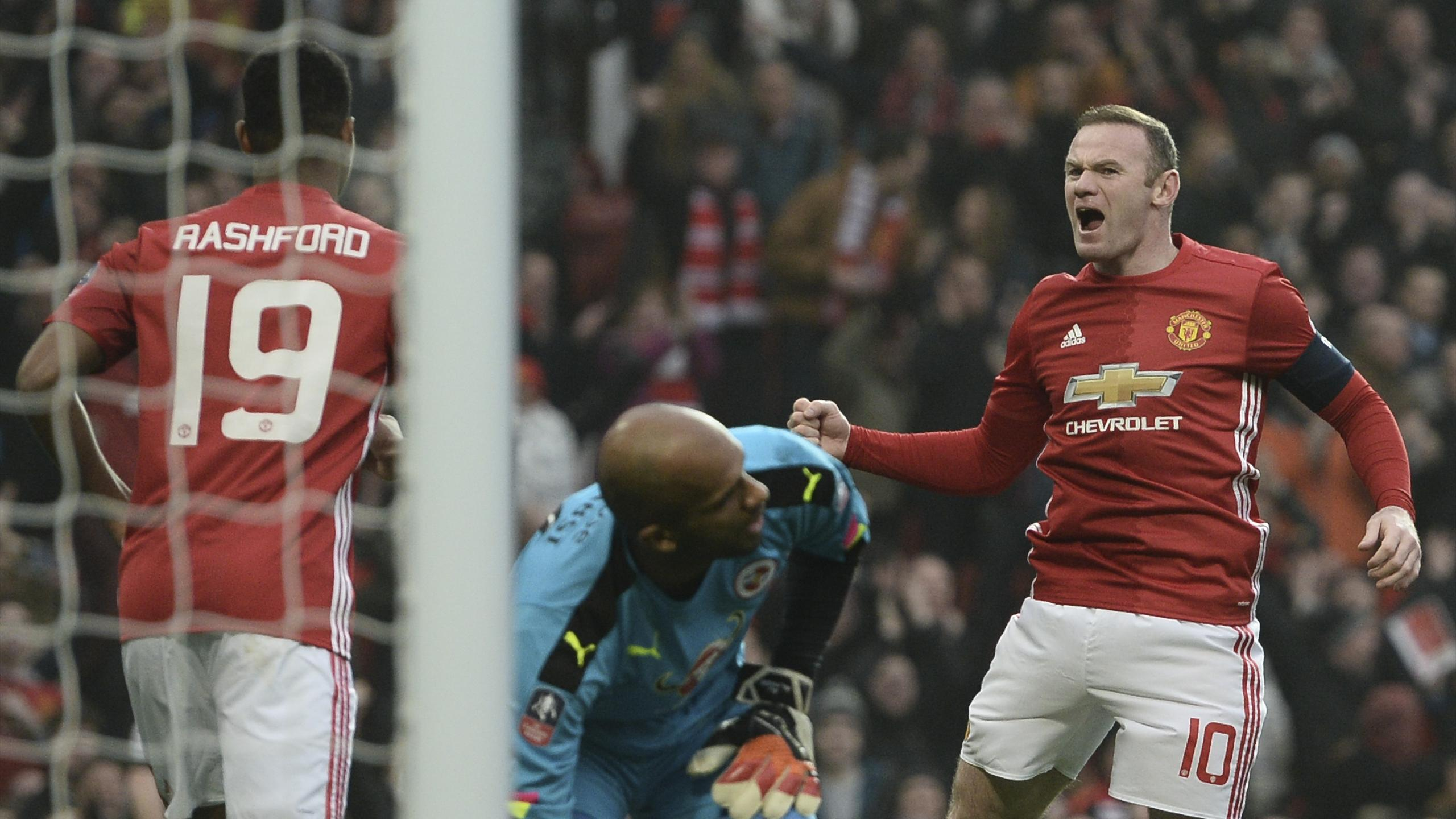 Manchester United's English striker Wayne Rooney (R) celebrates scoring